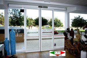 Vista interior. Puerta de cristal automática instalada por puertas A P C. Entienda de decoración Asli Deco en calle Maestro José Garberí Serrano, 11 - Alicante-Alicante